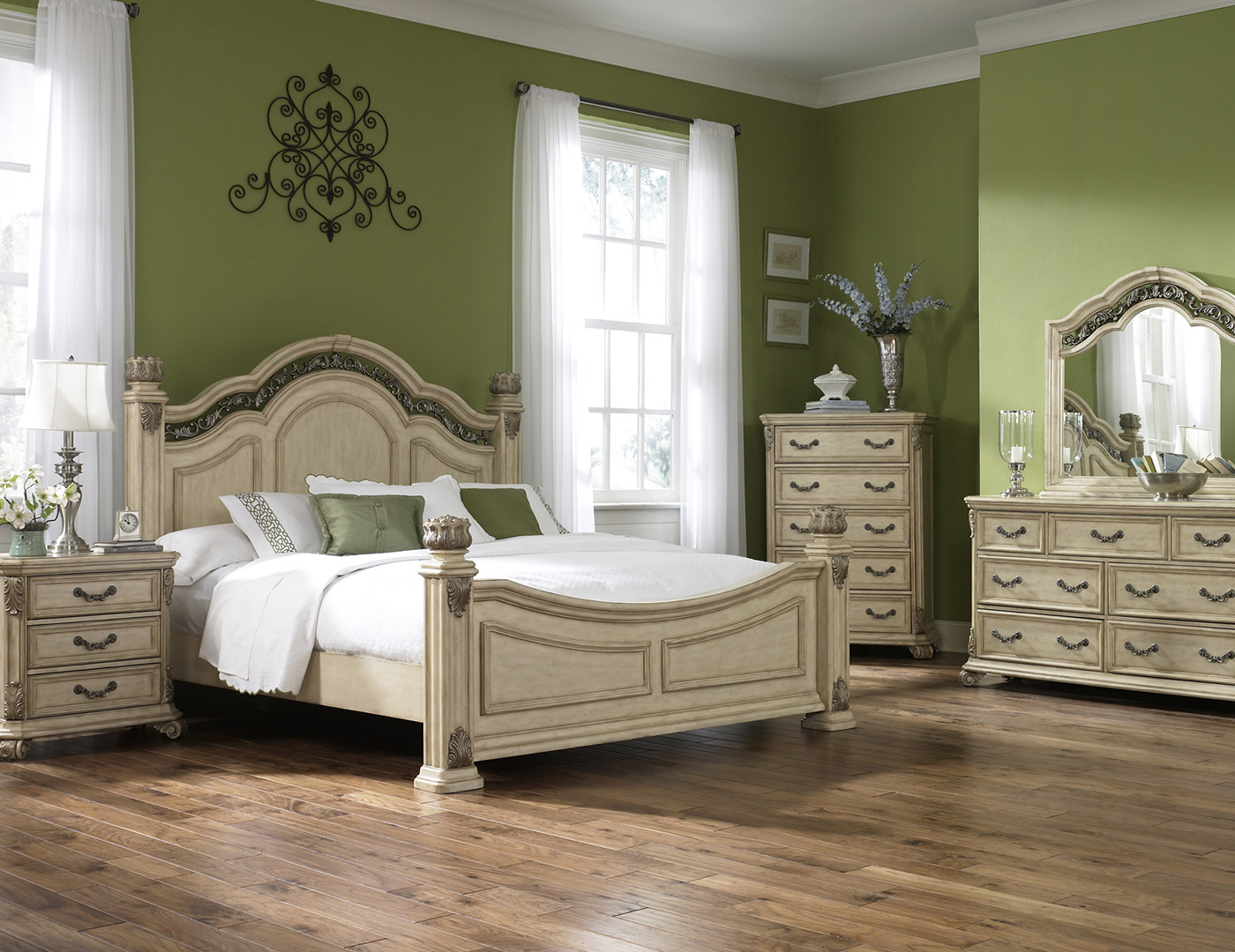 Messina White Queen Poster Bed