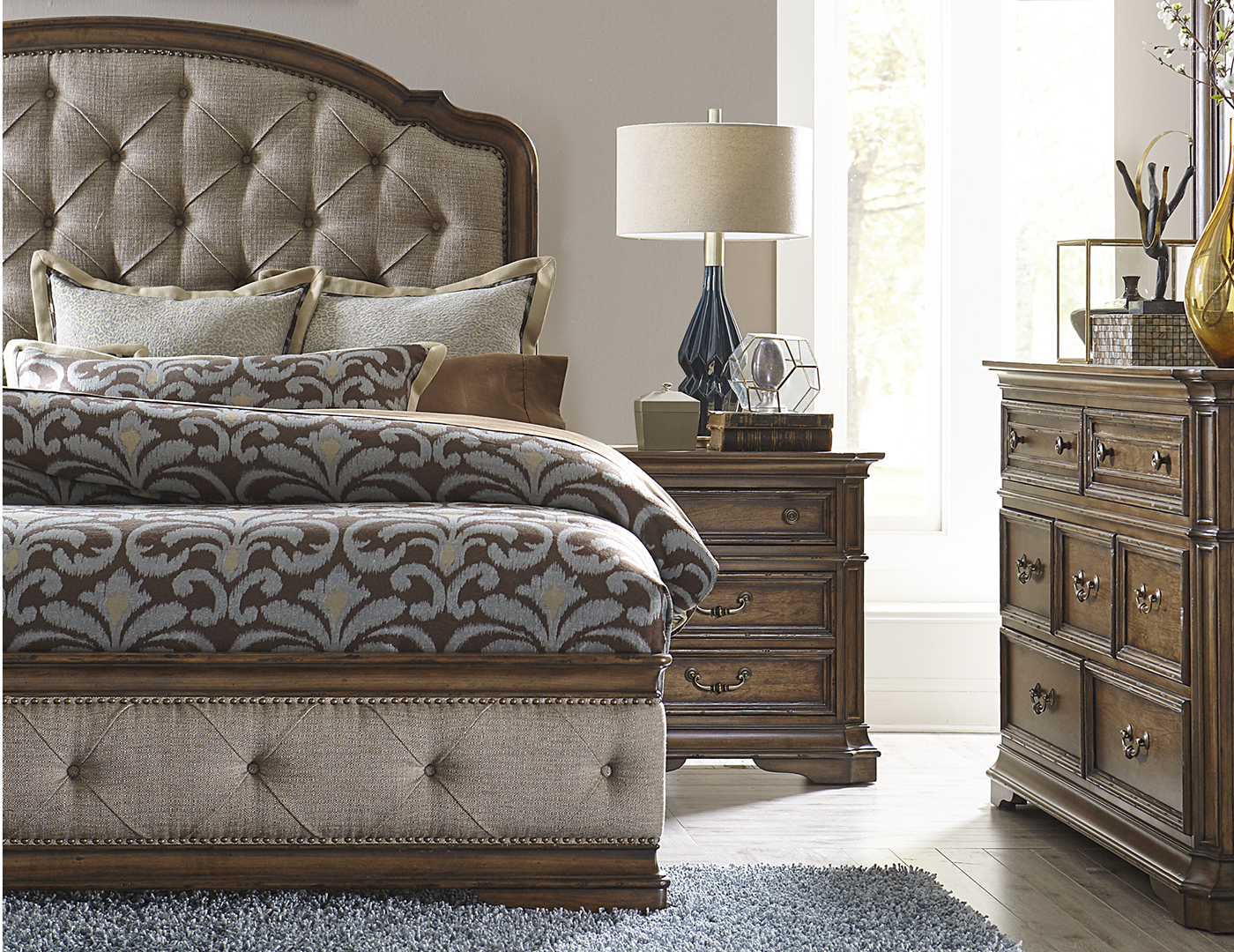 Amelia Queen Upholstered Bed